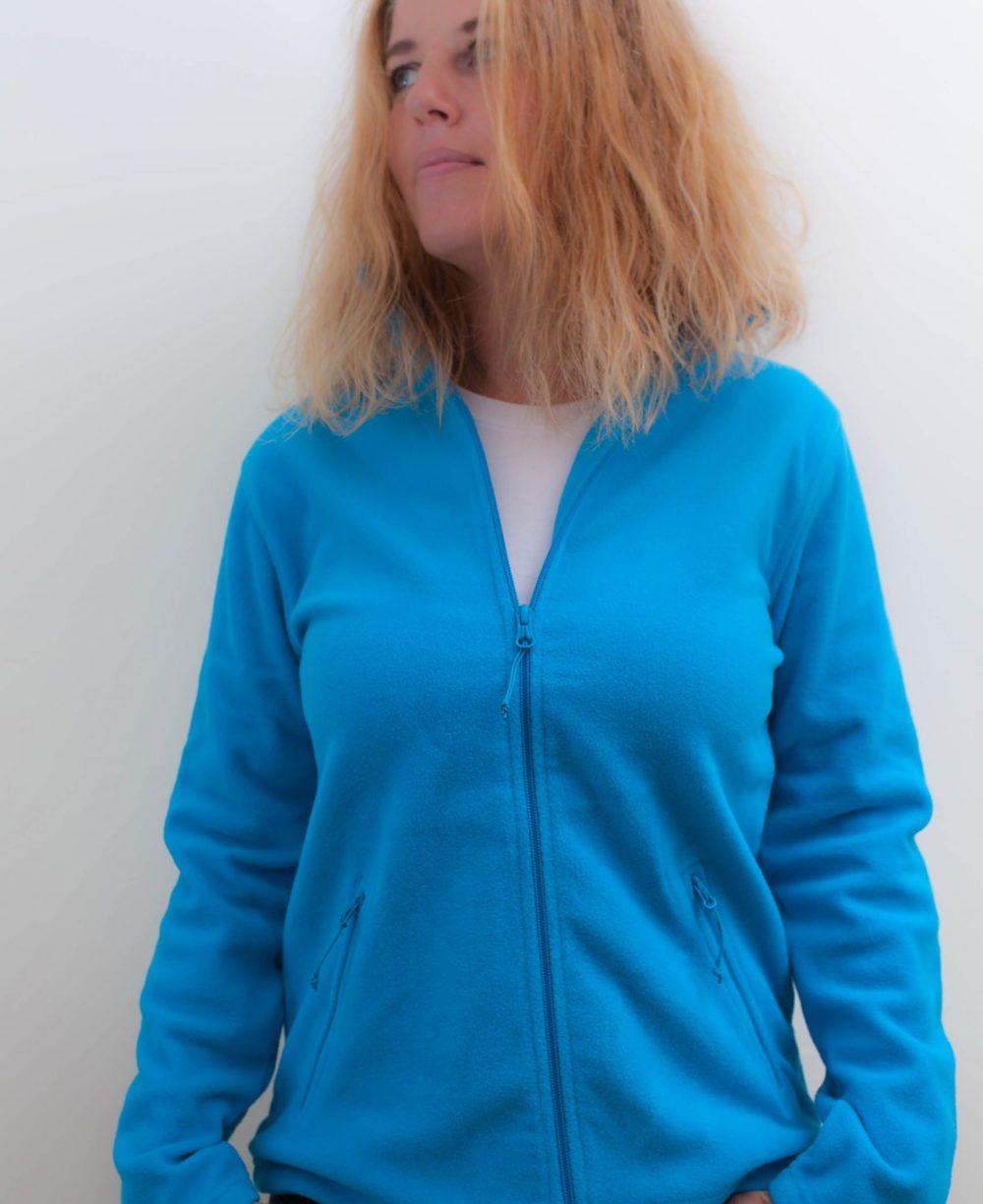 blau-damenfleece-jacke-für-dialysepatienten-mit-individuellem-reißverschluss-diazipp-dialysebekleidung