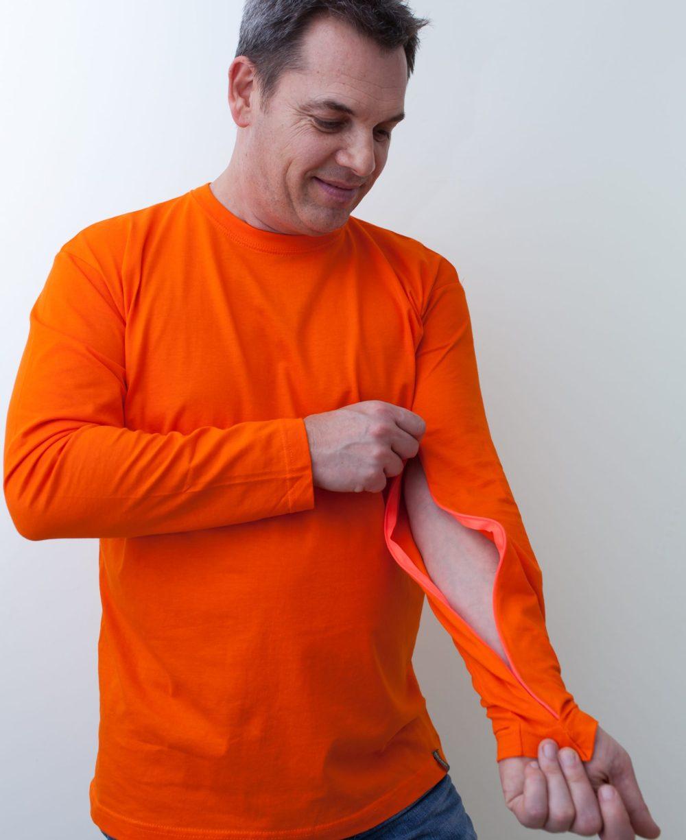 orange-Herrenshirt-für-dialysepatienten-mit-individuellem-reißverschluss-diazipp-dialysebekleidung
