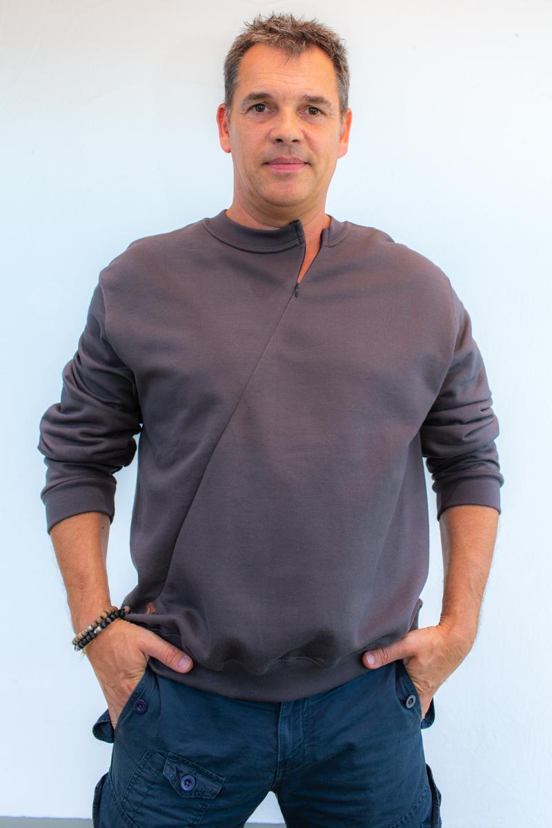 dunkelgrau-Herrenpoloshirt-für-dialysepatienten-mit-individuellem-reißverschluss-diazipp-dialysebekleidung-3