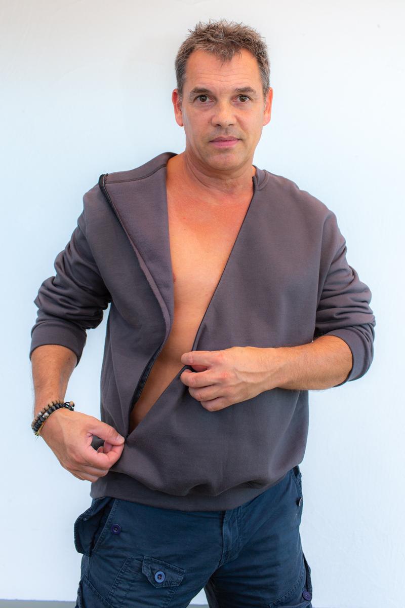 dunkelgrau-Herrenpoloshirt-für-dialysepatienten-mit-individuellem-reißverschluss-diazipp-dialysebekleidung