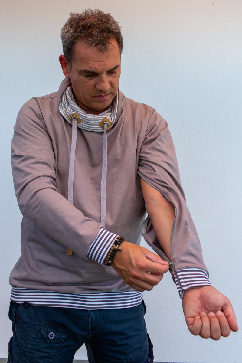 beige-weiss-Herre-pullover-für-dialysepatienten-mit-individuellem-reißverschluss-diazipp-dialysebekleidung