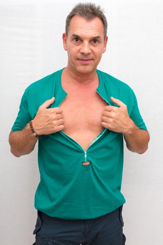 grün-Herren-Kurzarmshirt-für-dialysepatienten-mit-individuellem-reißverschluss-diazipp-dialysebekleidung-dialyse-Infusion