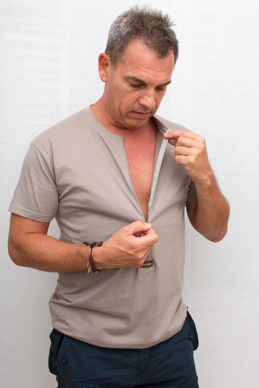 beige-Herren-Kurzarmshirt-für-dialysepatienten-mit-individuellem-reißverschluss-diazipp-dialysebekleidung-dialyse-Infusion