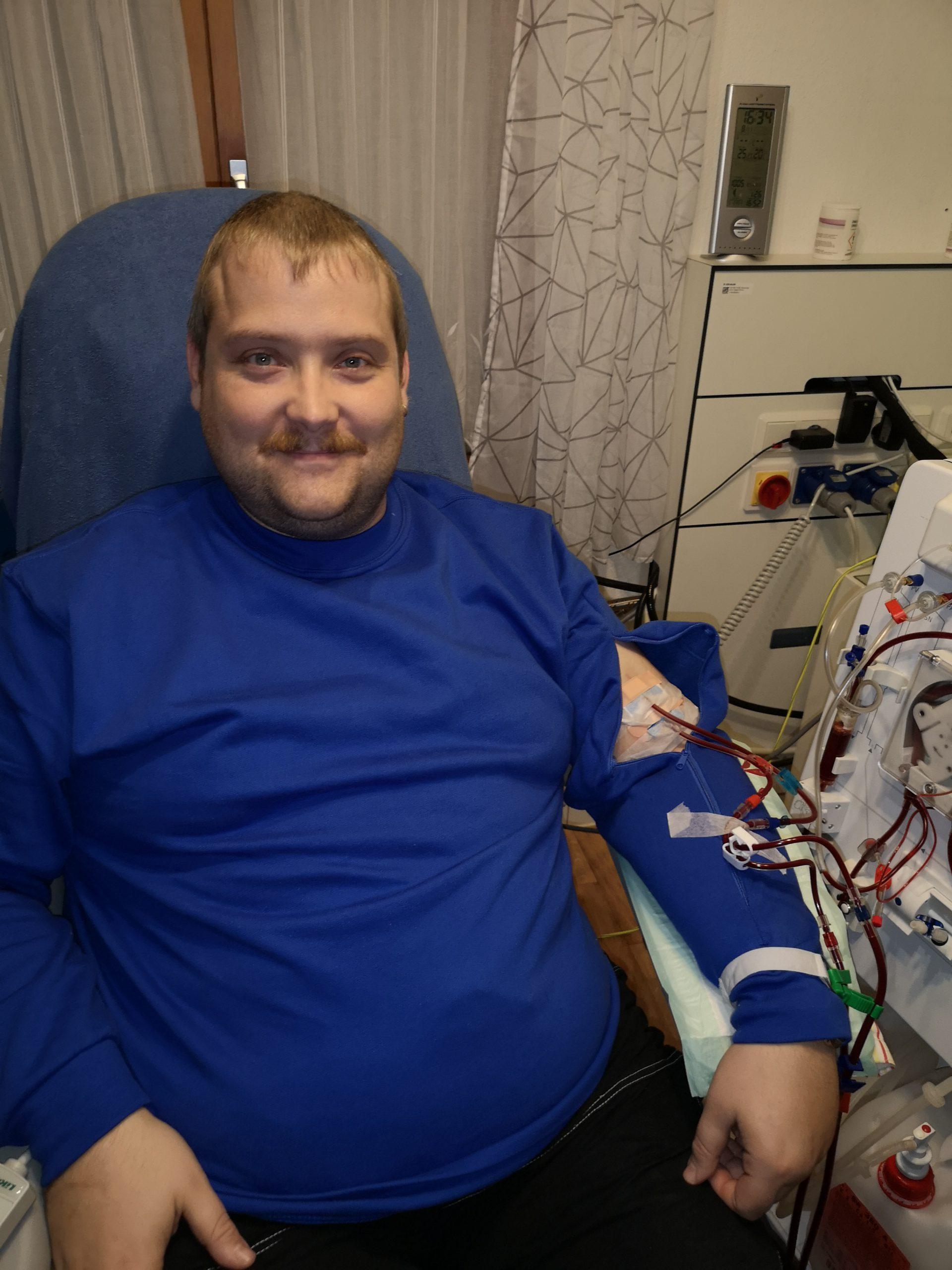blau-herren-pullover-für-dialysepatienten-mit-individuellem-reißverschluss-dialysebekleidung-diazipp-Kundenstimmen-P-Kaiser
