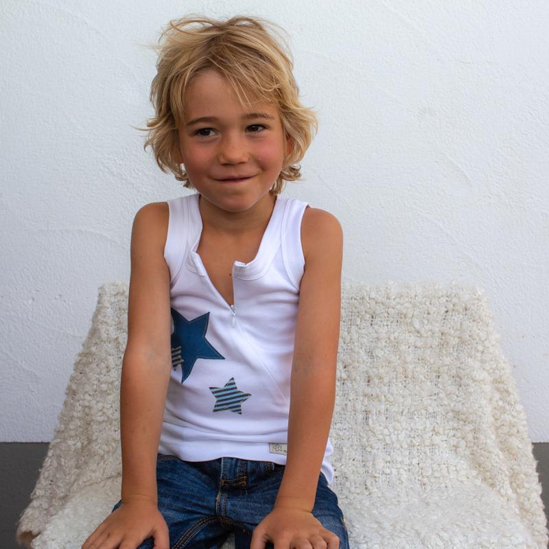 blau-weiss-kinder-Sternchenunterhemd-für-dialysepatienten-mit-individuellem-reißverschluss-diazipp-dialysebekleidung