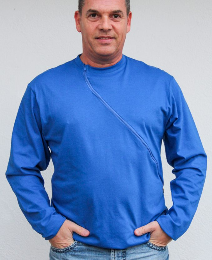 blau-herren-pullover-für-dialysepatienten-mit-individuellem-reißverschluss-diazipp-dialysebekleidung-für-Katheter-2