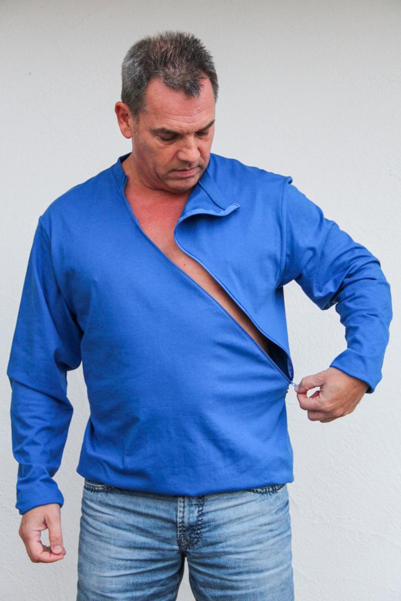 blau-herren-pullover-für-dialysepatienten-mit-individuellem-reißverschluss-diazipp-dialysebekleidung-für-Katheter