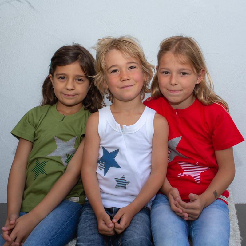 rot-grün-weiss-kinder-Sternchenunterhemd-für-dialysepatienten-mit-individuellem-reißverschluss-diazipp-dialysebekleidung