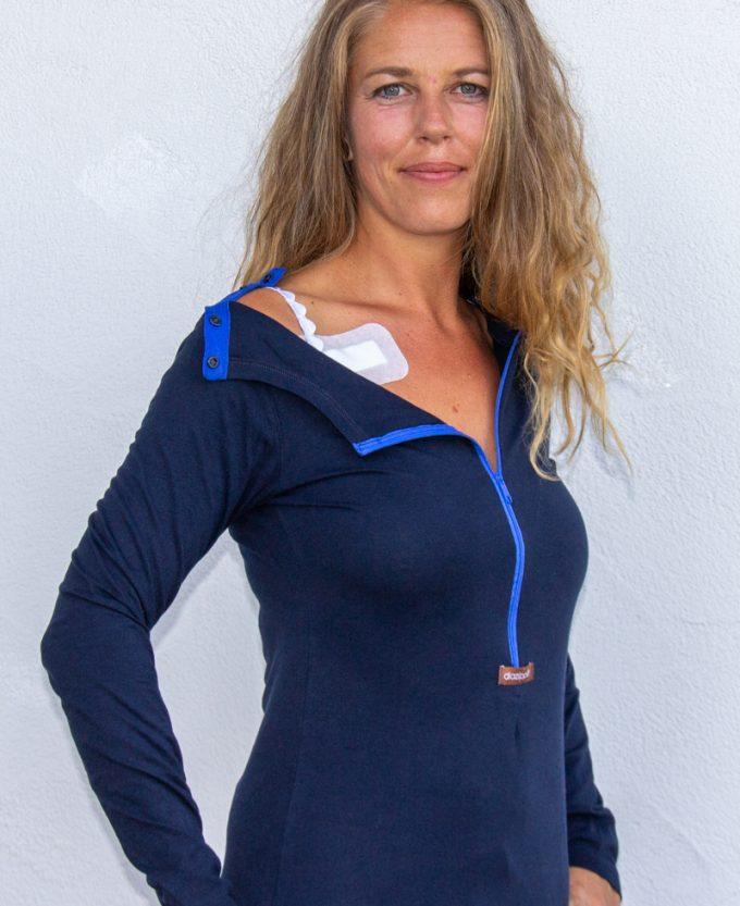 blau-Damenshirt-für-Dialysepatienten-mit-individuellem- Reißverschluss-Diazipp-Dialyse-Bekleidung-Dialyse-Infusion