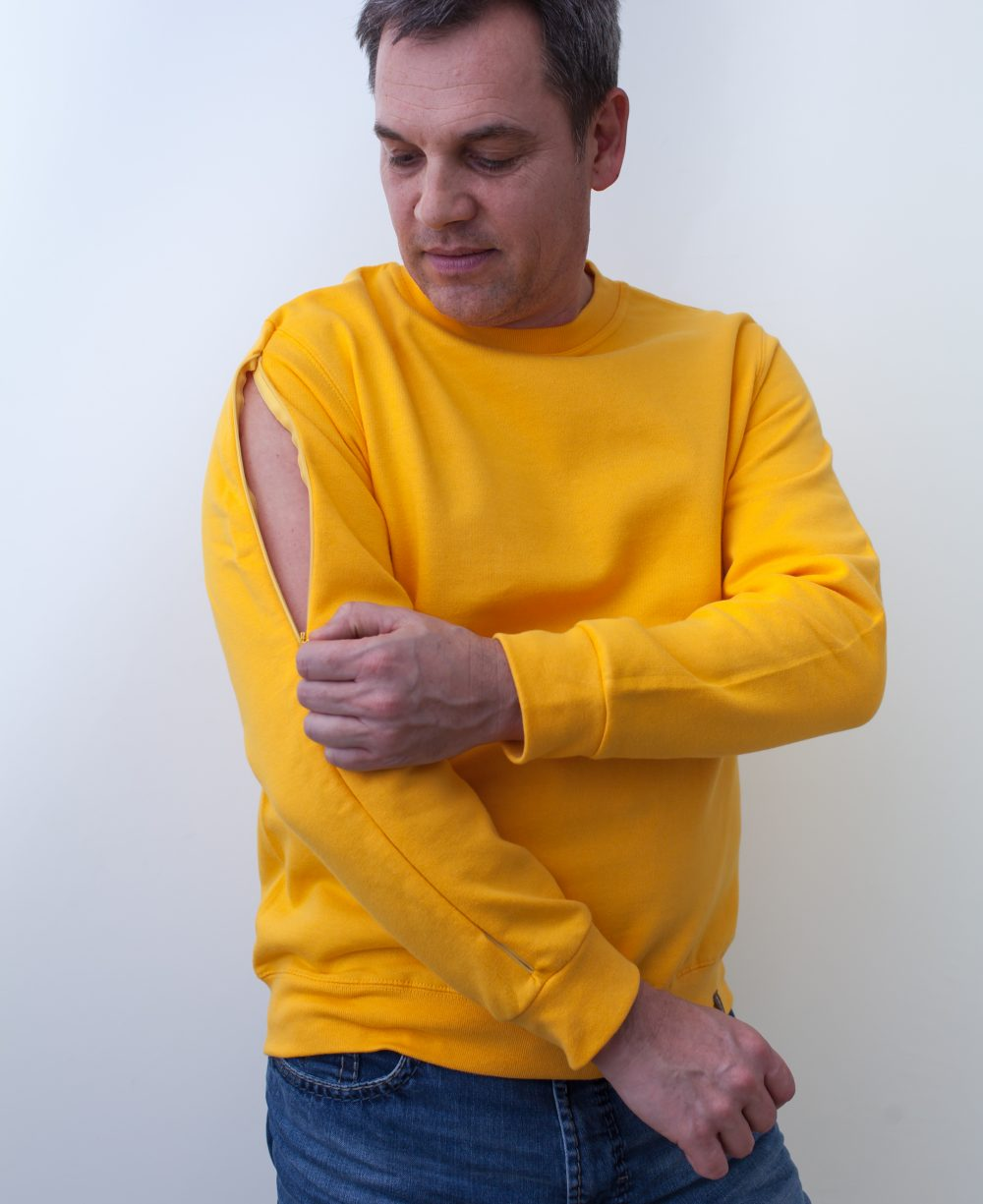gelb-Herren-Rollkragenshirt-für-Dialysepatienten-mit-individuellem-Reißverschluss-Diazipp-Dialyse-bekleidung-Dialyse-Infusion